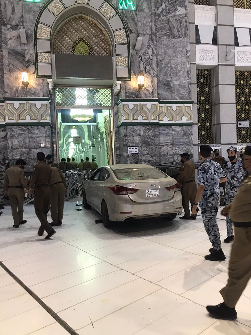 بالفيديو سيارة تقتحم ساحات الحرم المكي وتصطدم بإحدى البوابات صحيفة السوداني